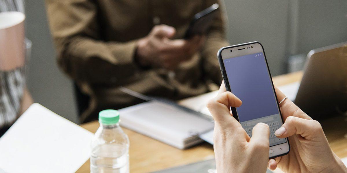 Une femme effectuant une recherche sur son smartphone