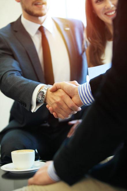 Poignée de main entre collaborateurs