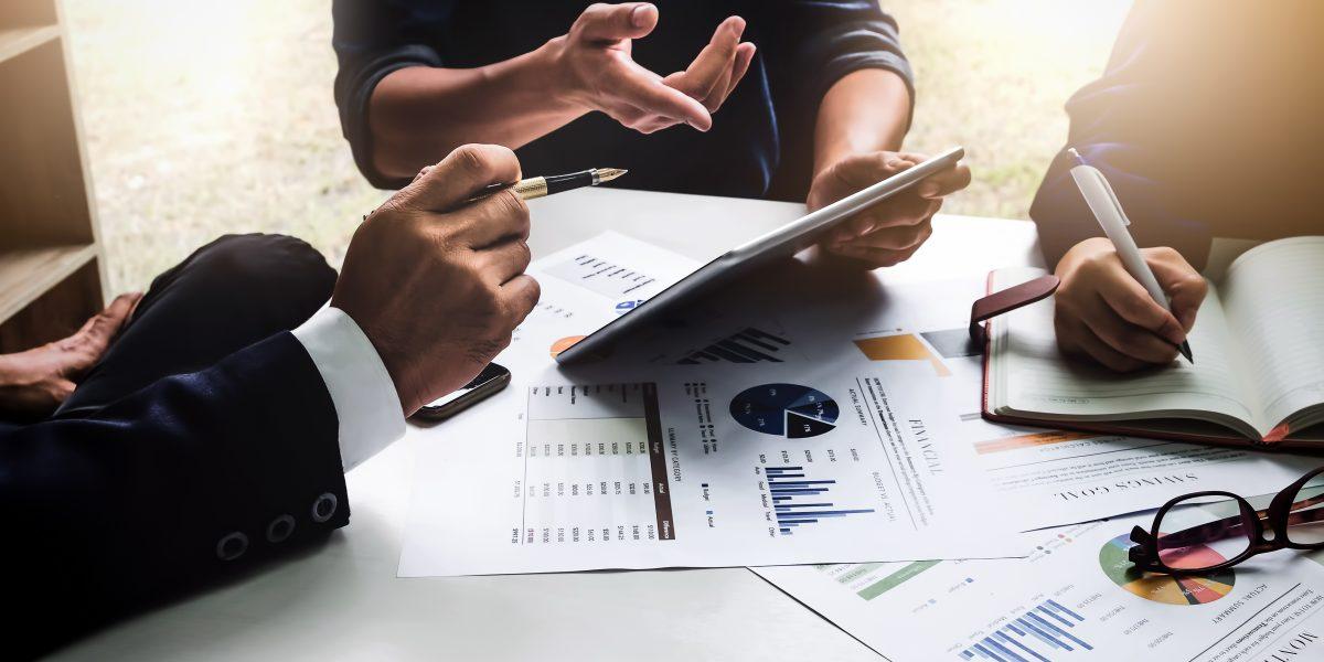 Un groupe d'employés faisant le bilan financier des activités d'une entreprise