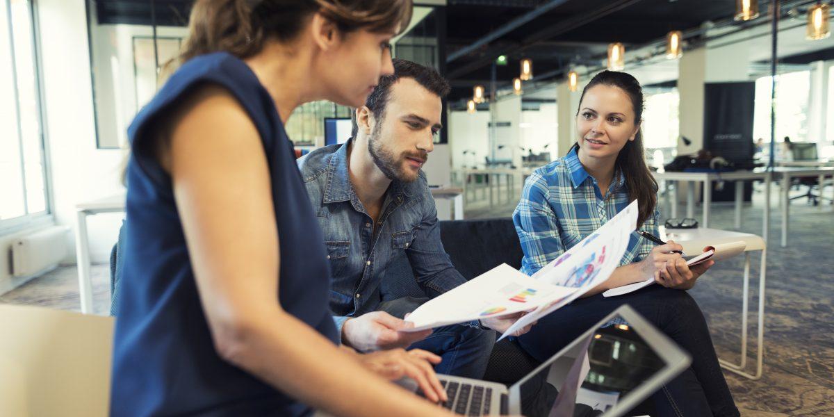Réunion créative dans un environnement de travail flex
