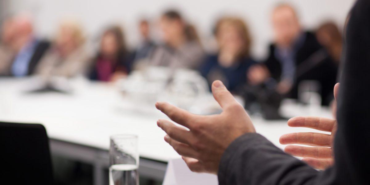 Un orateur s'exprime auprès de ses pairs