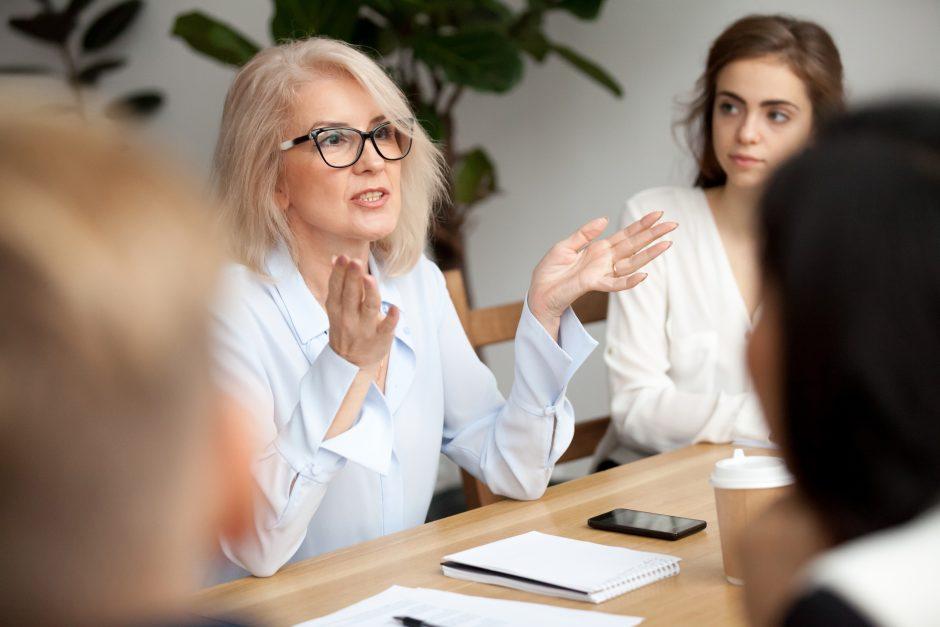 Une collaboratrice donnant des informations à ses collègues