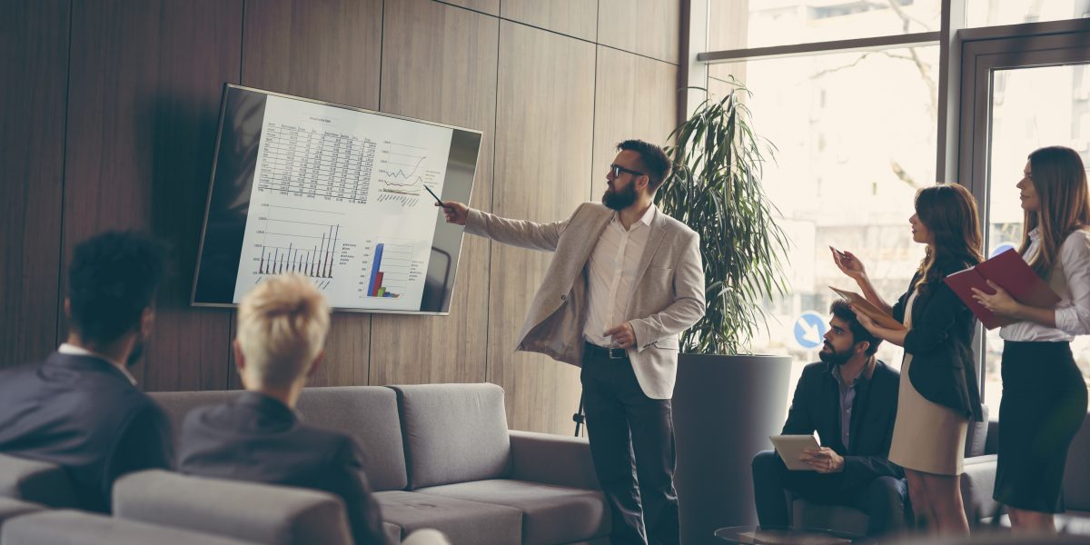 Un employés présente des statistiques de performance à ses collègues