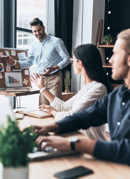 Trois collègues en réunion de créativité travaillant avec des post-it