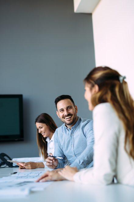 Trois collaborateurs en salle de réunion