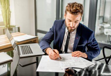 Hommes d'affaires travaillant aux impôts